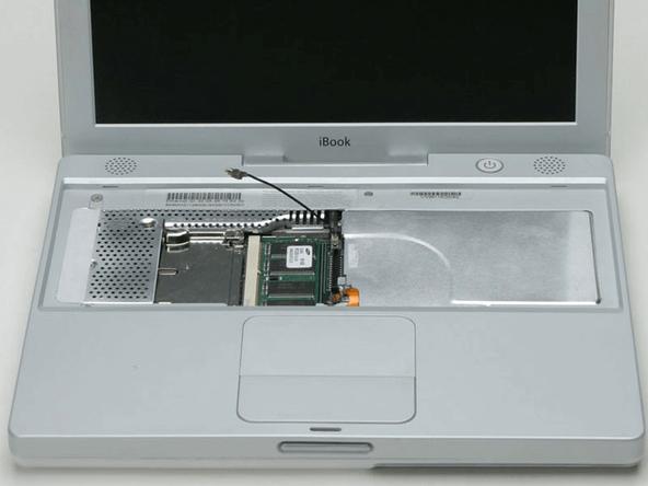 更换内存和 AirPort 卡的 iBook G3 Snow